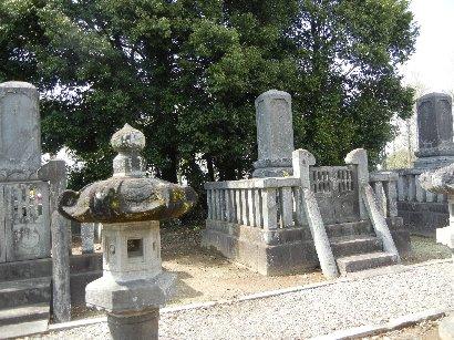 天祥寺内の旧忍藩主松平家の墓