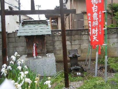 教信寺入り口の弁財天