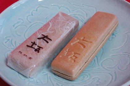 桃林堂・もなか大坂on青白磁皿