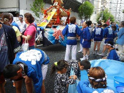 新川で昼食後、一番神輿・深濱
