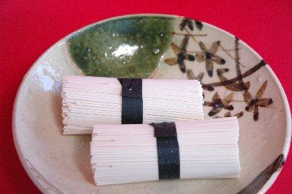 白石温麺on青織部皿