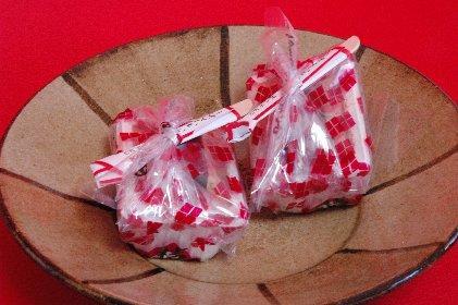 桔梗信玄餅on鉄釉皿