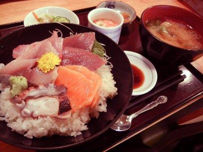 本日のお楽しみ海鮮丼