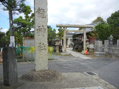 石碑と鳥居