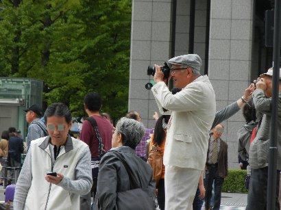 御幸通り側からカメラを構える人