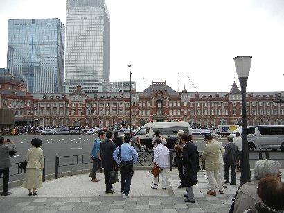 丸ビル側から東京駅前の人を観る
