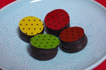 ショコロンon青白磁皿