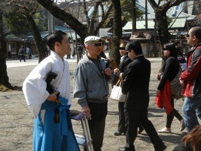 桜の開花の取材に立ち会う、靖国神社の神職