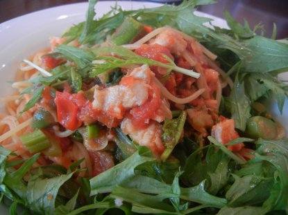 水菜をよけると穴子と春アスパラのトマトソースが