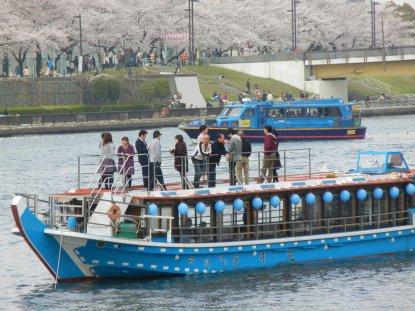 隅田川に浮かぶ、花見船