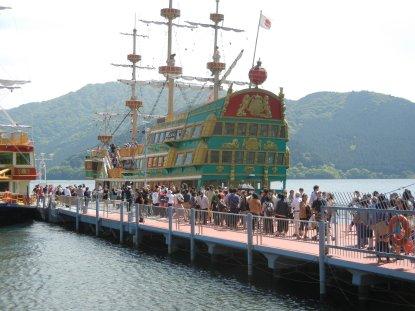 桃源台港・海賊船乗り場の観光客