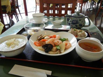 ランチ (主菜:芝エビと豆腐の煮込み)
