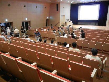 開演前の講堂