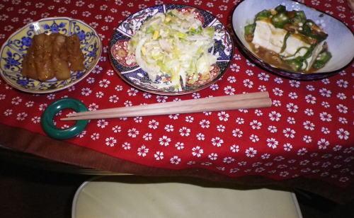 お通し3点、ねじりこんにゃく・ゆで卵とスライスオニオンとキャベツのサラダ・オクラなめこあんかけ豆腐