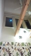 窓から月が