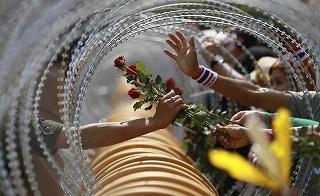反政府勢力から兵士に向けてバラが渡された瞬間