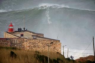 ポルトガルのナザレにて、世界最大級のビッグウエーブに乗りギネス記録更新