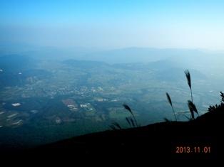 頂上より九州最大の湖、池田湖を望む