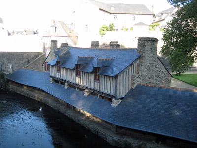屋根付きの洗濯場