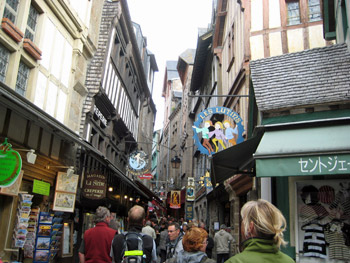 城内は観光客で大混雑