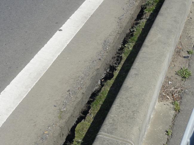 浮き上がった道路
