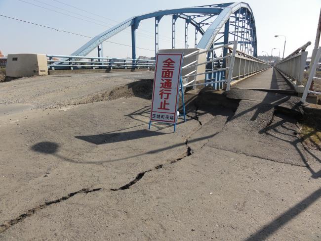 大きく傾いた橋