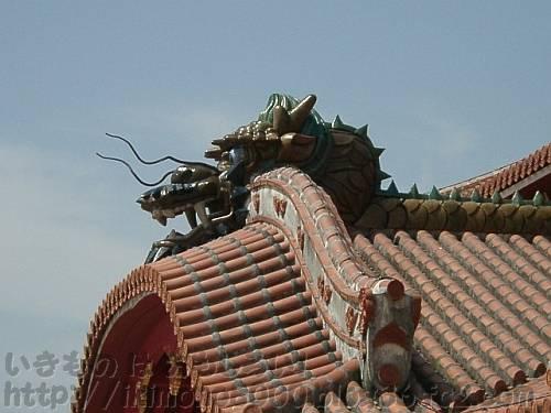 沖縄の首里城正殿の屋根の竜