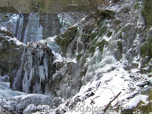 滝以上に凍っているモミジ谷本流の第六堰堤の崖