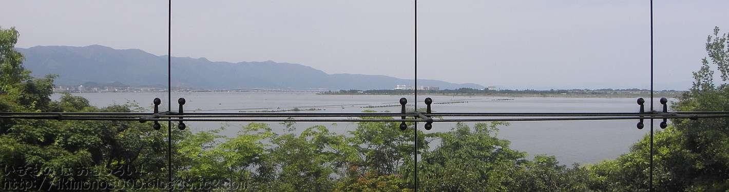 琵琶湖博物館C展示室の展望室から見た琵琶湖と琵琶湖大橋と比良山地