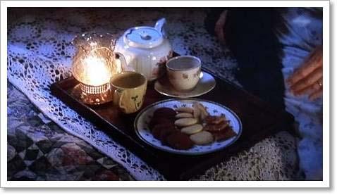 ベッドの上で、夜のお茶じかん 『西の魔女が死んだ』 ベッドルーム インテリア ティーセット