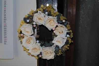 白いバラのリース