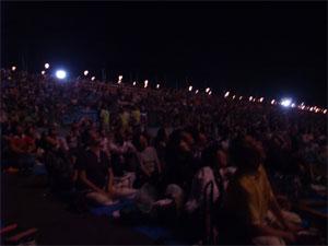 花火を見上げる観客