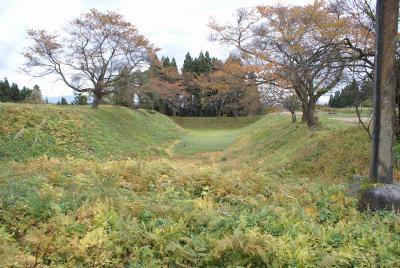二の丸の堀と土塁