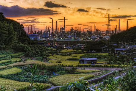 宇野津の里山と水島コンビナートの夕景