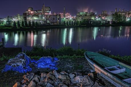 水島コンビナートと釣り船_夜景