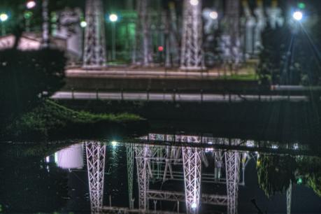 夜の水島コンビナートの水鏡