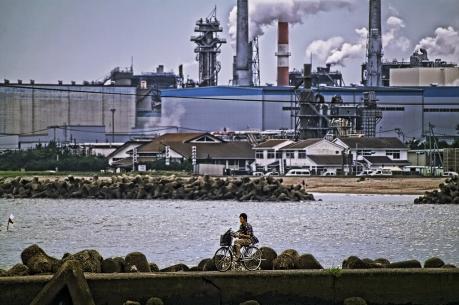 石巻港の防波堤と日本製紙石巻工場
