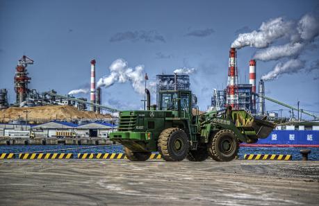 八戸工業港と三菱製紙八戸工場