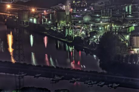夜の呼松地区と水島工業地帯