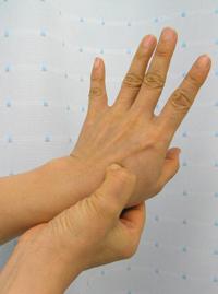 大阪梅田針灸院手の甲上親と人指し指上