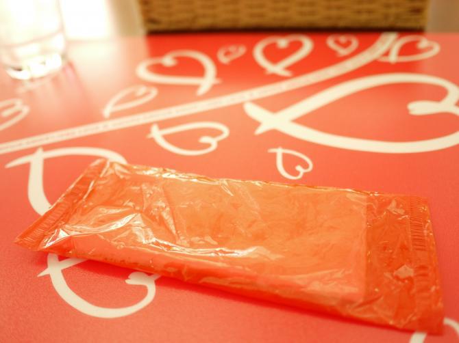 赤いビニールの紙ナプキン