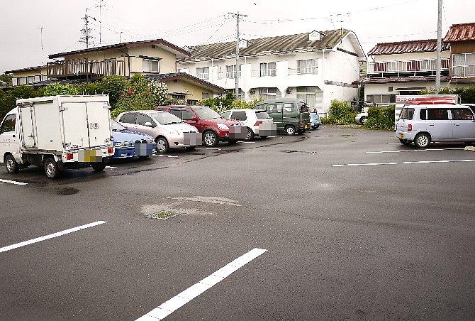 お店の裏側駐車場