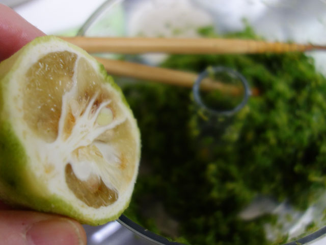 柚子の果汁を入れる
