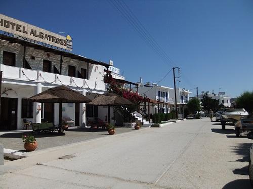 セリフォス_リヴァディの海沿いの通り