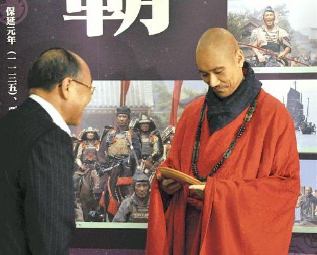 真野市長(左)から宮島彫の盆を贈られた松山さん