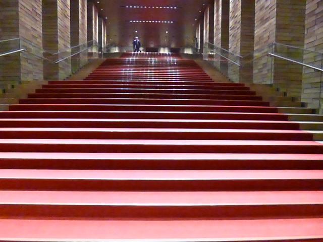 フェスティバルホールの名物,赤階段