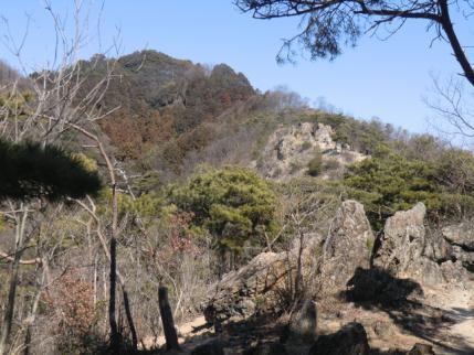 両崖山頂手前の岩場