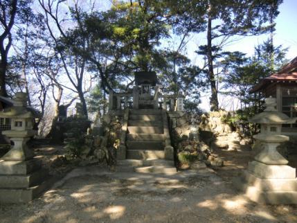 両崖山頂の御嶽神社