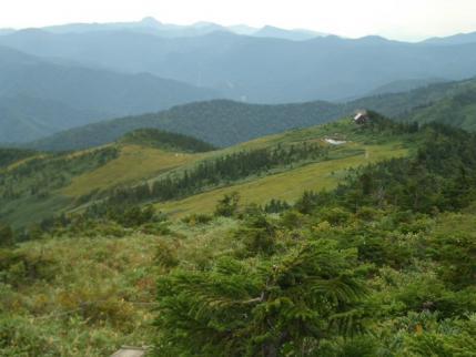 山頂下から駒ノ小屋(背景は日光白根山)