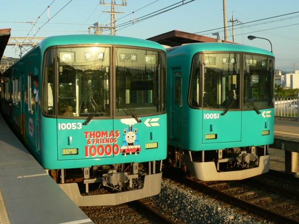 2006年度に運転された「10000系きかんしゃトーマス号」(左)